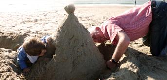 Sandburgen bauen am Strand